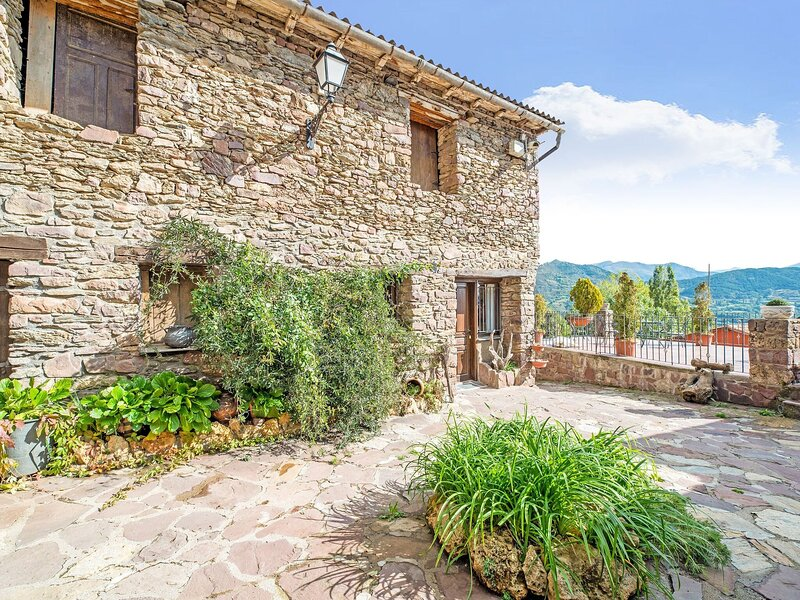 Mountain-View Apartment in Ardanué with Garden, holiday rental in Bisaurri