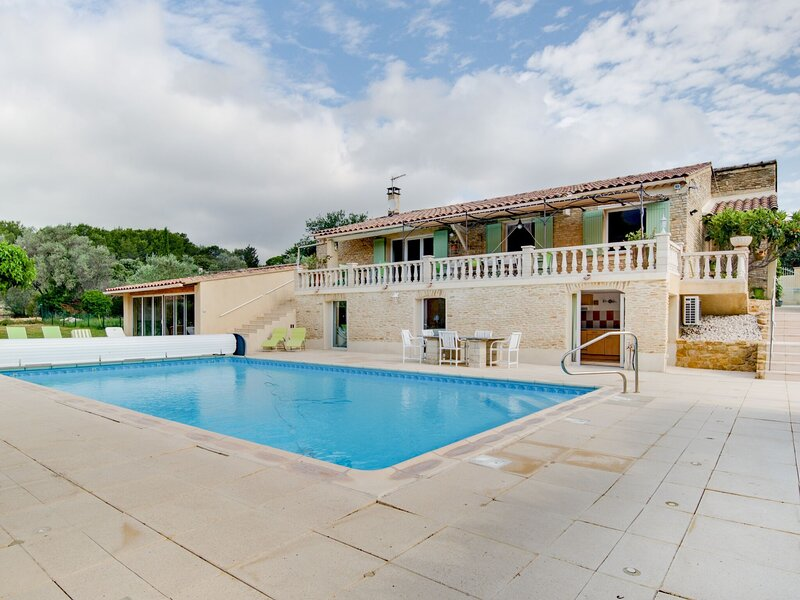 Large holiday home in Lagarde-Paréol with private pool, location de vacances à Uchaux