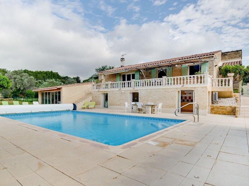 Large holiday home in Lagarde-Paréol with private pool, location de vacances à Sainte-Cecile-les-Vignes