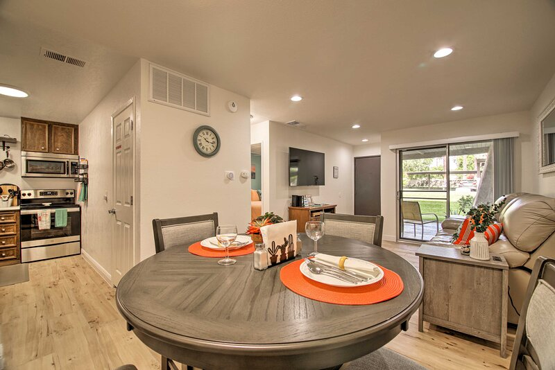 NEW! Resort-Style Condo in Heart of Palm Springs!, casa vacanza a North Palm Springs