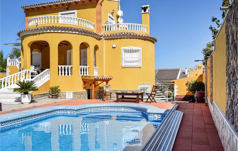 Stunning home in Orihuela with Outdoor swimming pool and 4 Bedrooms (EBI319), aluguéis de temporada em Santomera