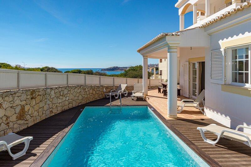 Villa Cecilia boasts a private pool, sea views & is located close to Albufeira, alquiler de vacaciones en Areias de Sao Joao