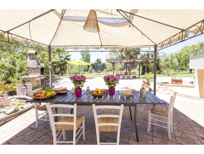 Villa Roseta in Olmedo with beautiful garden for 9 guests, location de vacances à Olmedo