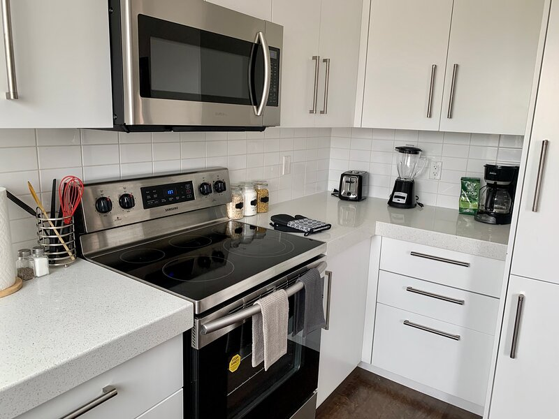 Entire Home with Garage Parking, holiday rental in Airdrie