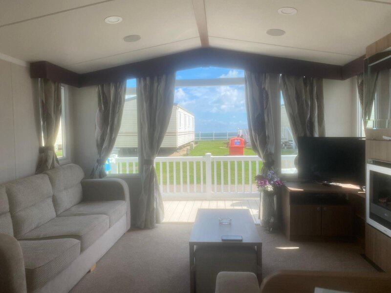 Caravan for hire by the beach with partial sea view in Norfolk ref 80024OV, holiday rental in Gorleston-on-Sea