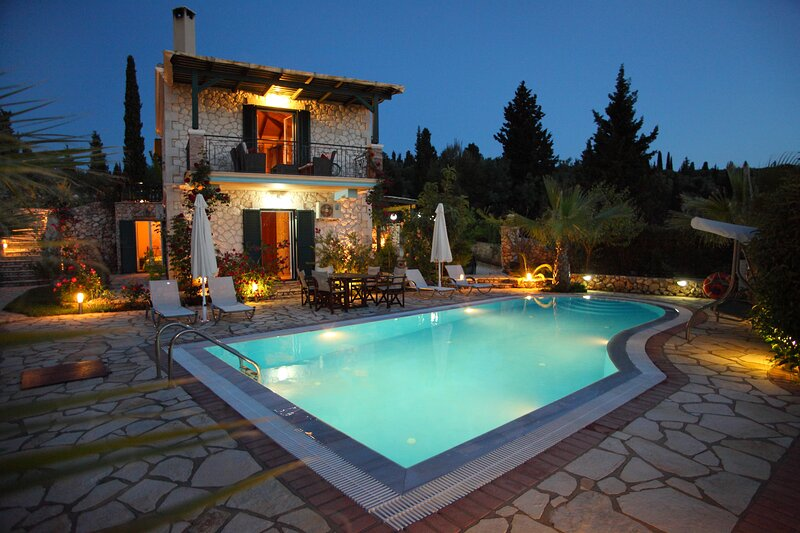 Luxury stone villa Evelyn with private pool just a few minutes from Kathisma, holiday rental in Tsoukaladhes