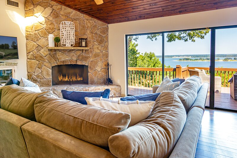 Luxurious Texoma lakefront home with breathtaking island views!, holiday rental in Pottsboro