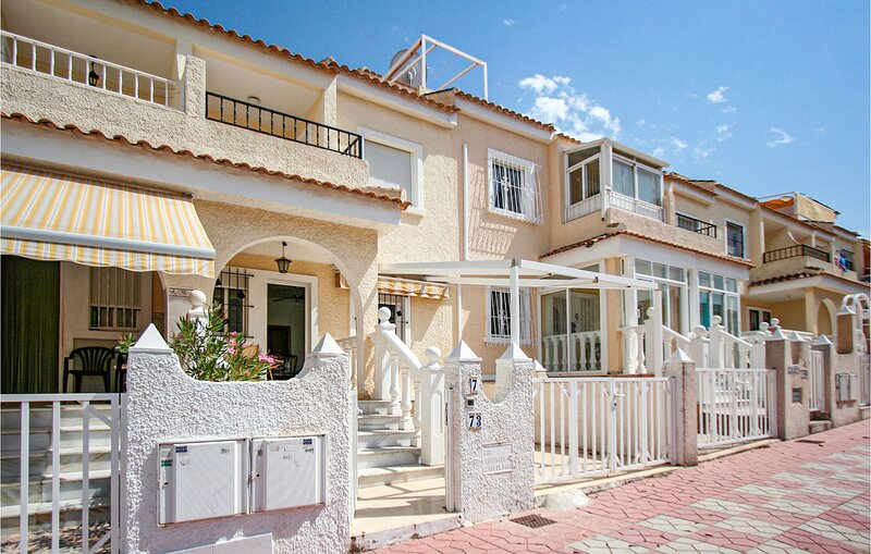 Nice home in Santa Pola with Outdoor swimming pool, WiFi and 2 Bedrooms (EBI332), location de vacances à El Altet