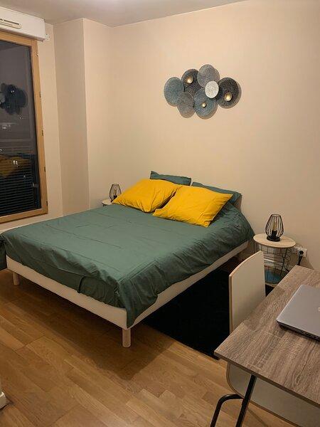 Chambre calme et lumineuse avec salle de bain et WC privatifs, holiday rental in Saint-Denis