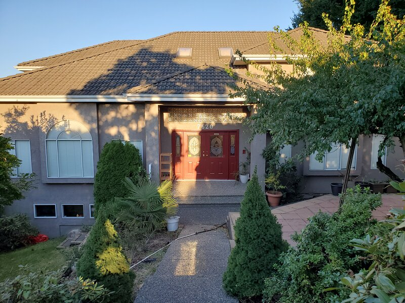 Entire house 5 Bdrms,4 bath, Fully Furnishedequipped kitchen, linen, luxurious, holiday rental in New Westminster