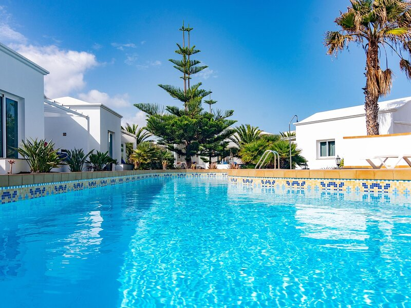 Bungalow C2 in a small and quiet complex with a pool, 100m from the sea, alquiler de vacaciones en Charco del Palo