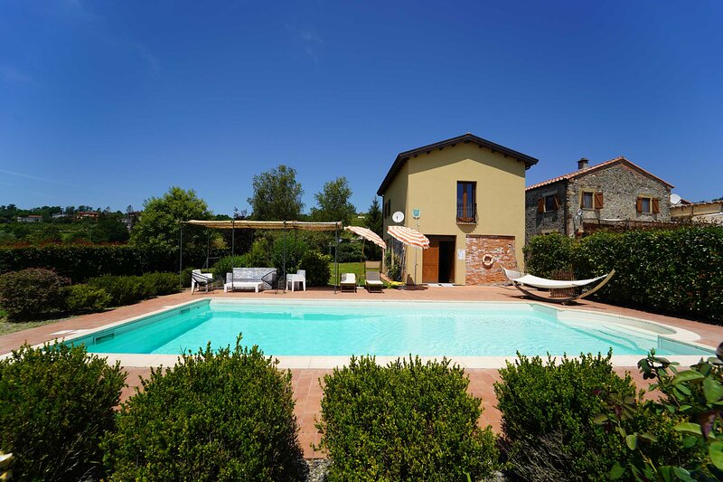 VILLA CLAUDIA 12 Pax, pool, WI-FI,, holiday rental in Soliera Apuana
