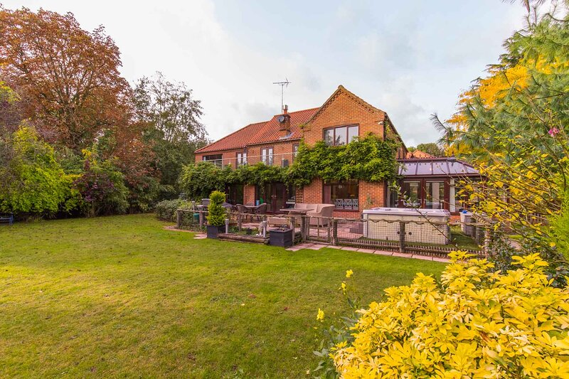 Four Seasons | Luxury Riverside Home with Hot Tub, holiday rental in Thurton