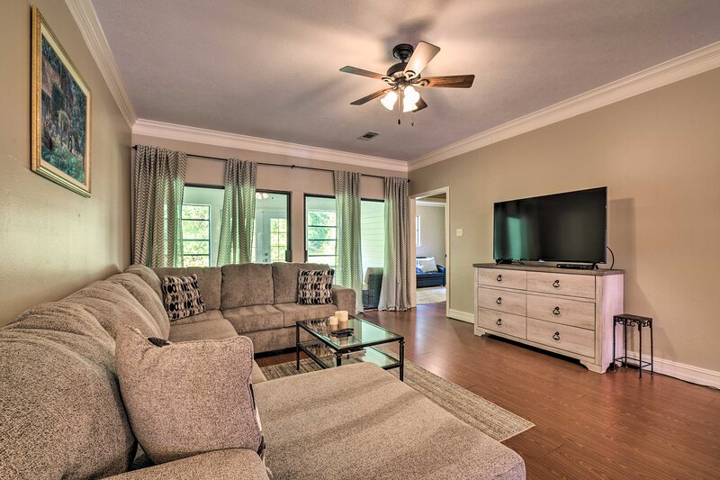 NEW! Upscale Country Club Escape on Lake Conroe!, holiday rental in Plantersville