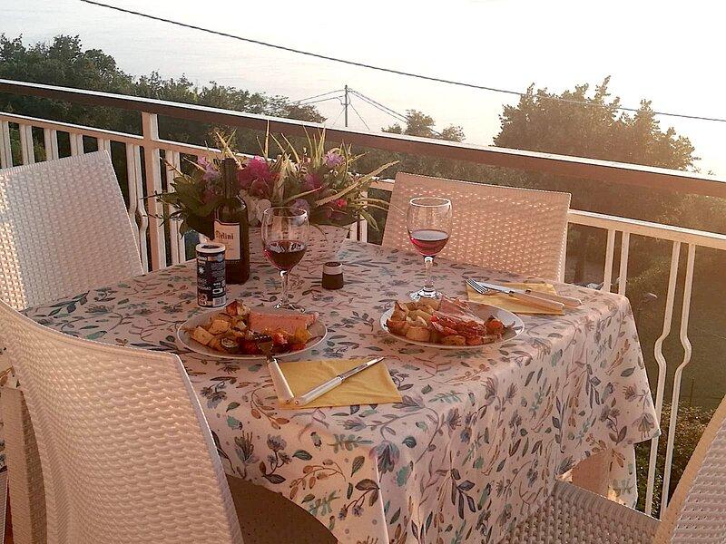 Appartamento con splendida vista panoramica tra il ALBISANO e SAN ZENO, vacation rental in Torri del Benaco