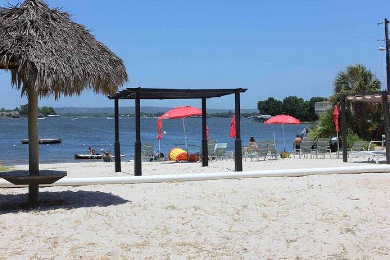 Lake LBJ Getaway, Beach, Pool, 2 Queen beds, Water View, casa vacanza a Sunrise Beach