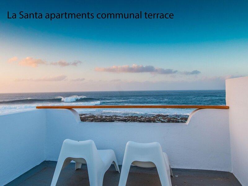 La Santa 2- Frontline apartment with amazing sea views from communal terrace, aluguéis de temporada em Soo