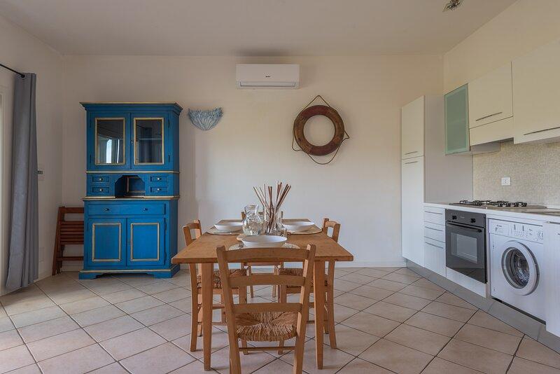 Appartamento Trilocale 6 persone Residence Ea Bianca, holiday rental in Poltu Quatu
