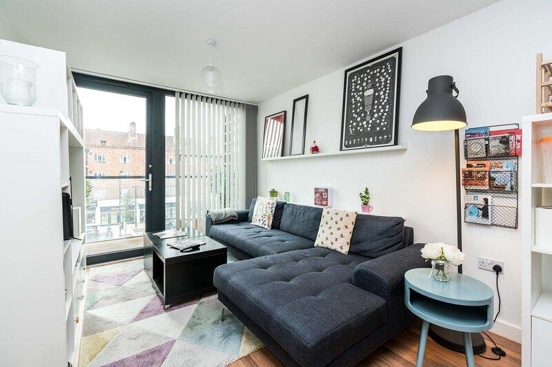 NEW Bright & Sleek 2 Bedroom Flat - West London, aluguéis de temporada em Willesden