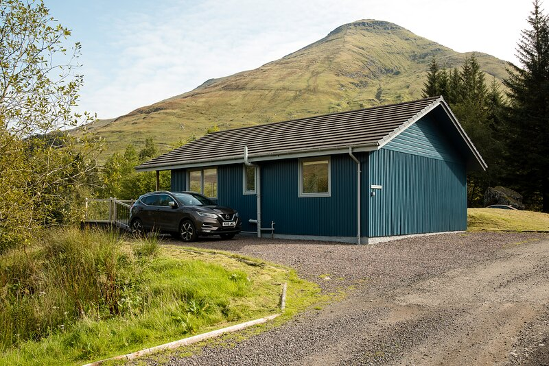 Beautiful 4 star, 3 bedroom chalet with spectacular loch and mountain views, vacation rental in Crianlarich