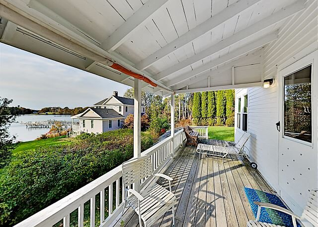Classic Home on Hogdon Cove | Water-View Deck | Near Boat Ramp & Downtown, holiday rental in Capitol Island