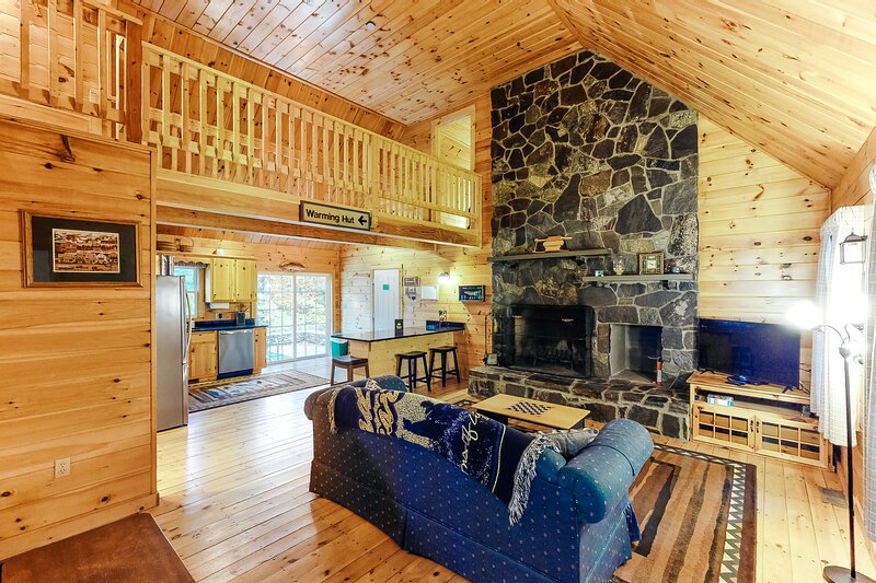 Charming rural retreat w/wooden touches, Foosball table, private hot tub!, holiday rental in Fayston