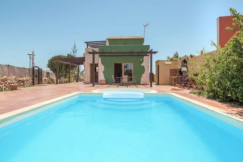 Amazing villa with swimming-pool, holiday rental in Valles de Ortega