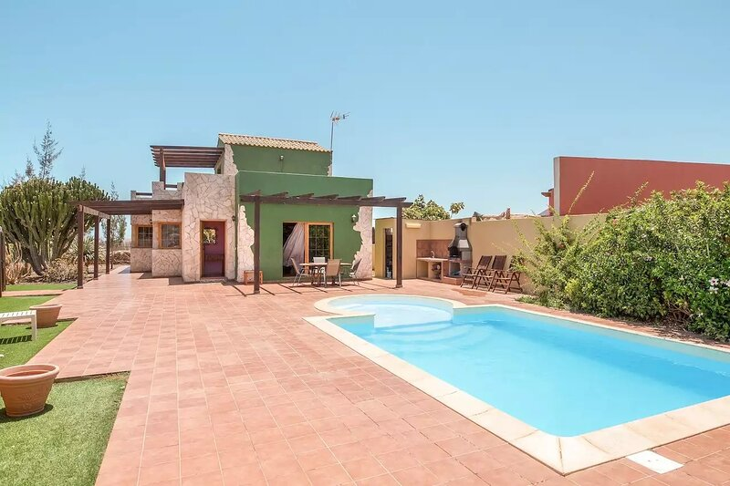 Spacious villa with swimming-pool, holiday rental in Casillas de Morales