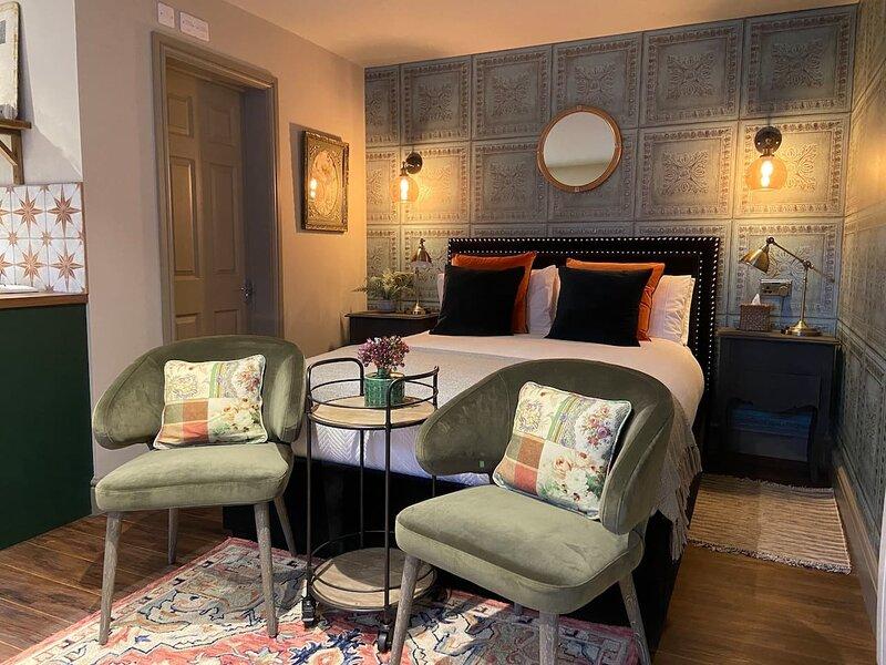 NEW - Private en-suite studio in Cobham, holiday rental in Cobham