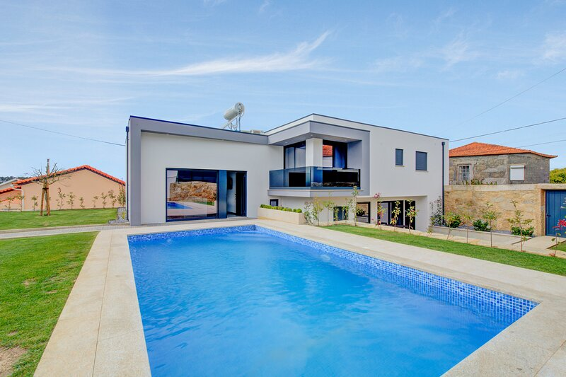 Amazing villa with swimming-pool, holiday rental in Balugaes