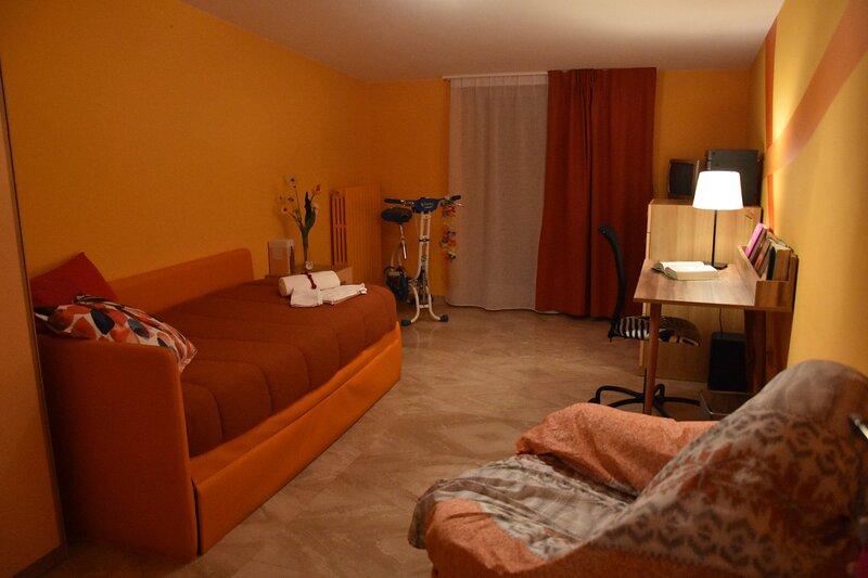 Camera Arancione IL MELOGRANO (con uso cucina), location de vacances à San Severo