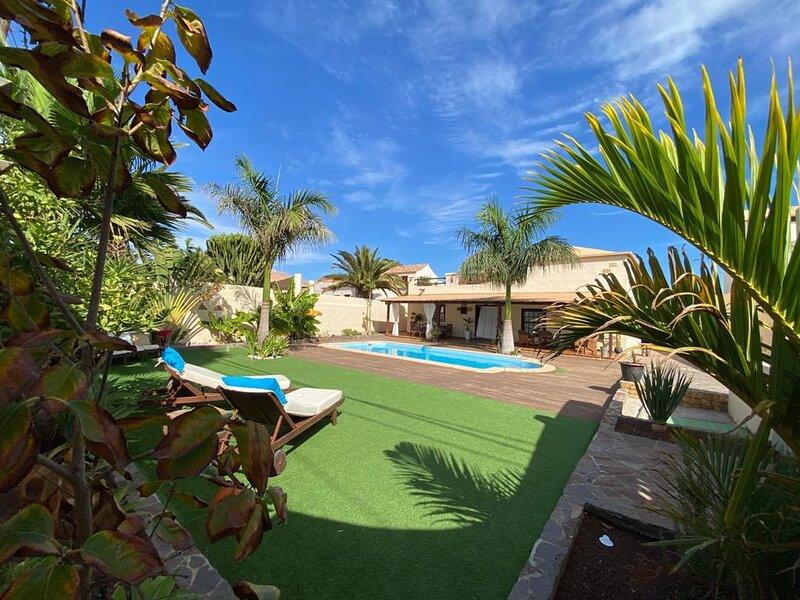 Villa de lujo con piscina privada, holiday rental in La Ampuyenta