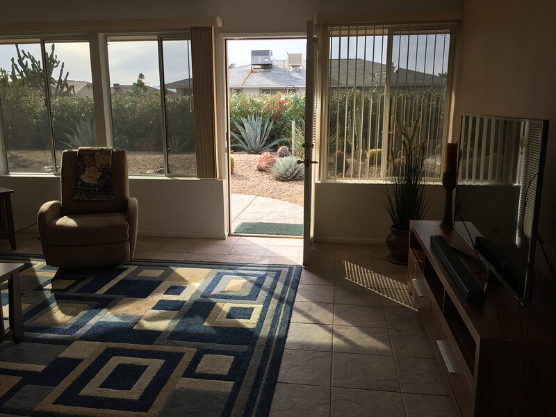 'CACTUS COTTAGE'  A 50+ Community + LOOKING FOR A MINIMUM,  5-MONTH RENTERS.?..., holiday rental in Sun City West