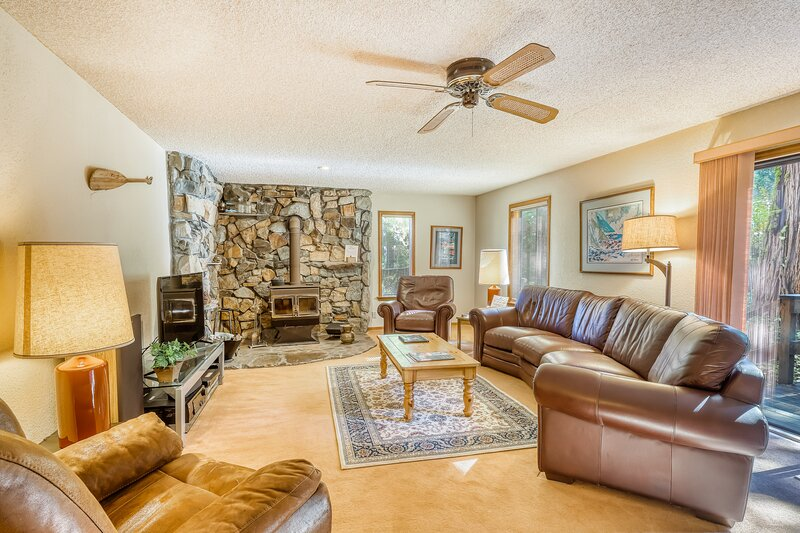 Family-friendly home w/ a beautiful yard & deck - close to the lake & ski slopes, holiday rental in Homewood