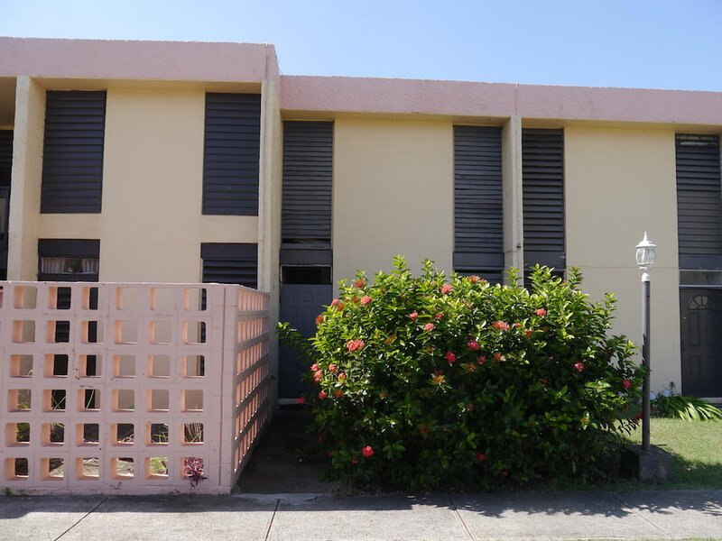Stylish Townhome With Private Yard In Secure gated Community, holiday rental in Frederiksted