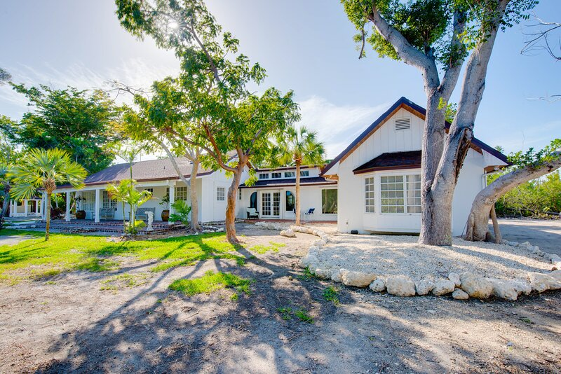 Bright, spacious home with private pool, internet, private washer/dryer, & loft!, vacation rental in Summerland Key