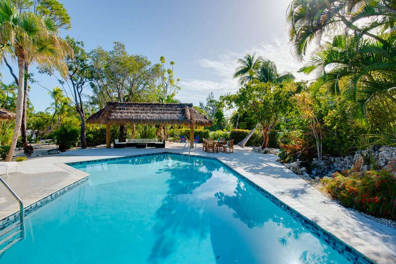 Villa and guest house with private pool, central AC, internet, and washer/dryer, vacation rental in Summerland Key