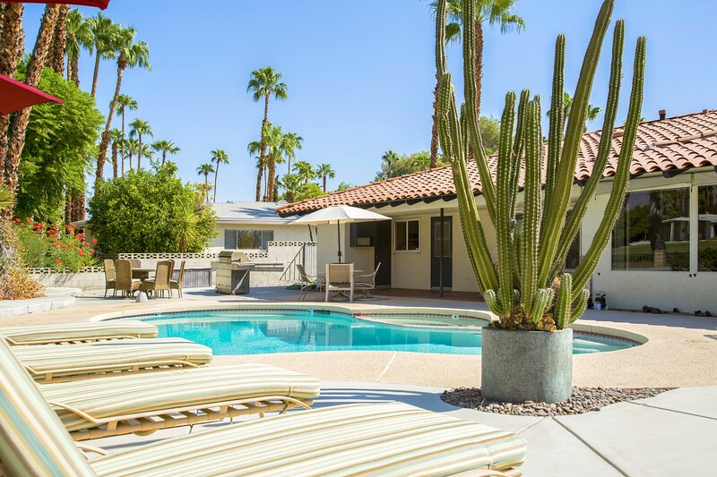 Bright family getaway w/ private pool w/ spa & golf course/mountain views!, casa vacanza a Greater Palm Springs