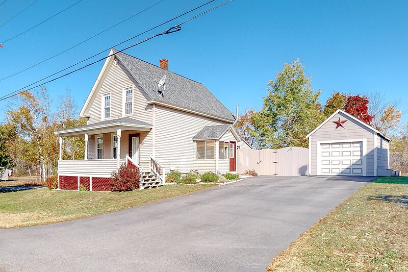 Charming, two-story, family-friendly home w/ a large yard - close to the lake, holiday rental in Monson