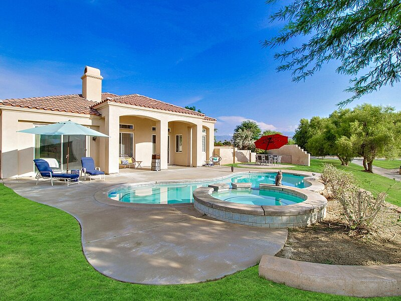 Golf course-view home w/ a private pool, pool spa, & gas grill - dogs welcome!, location de vacances à Thousand Palms