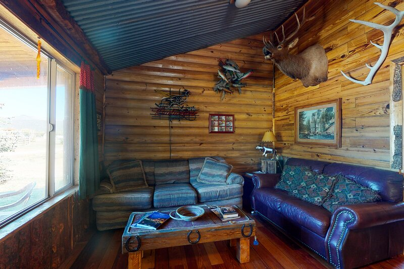 Rustic bunk house surrounded by beauty w/ fully equipped kitchen & free WiFi, casa vacanza a Del Norte