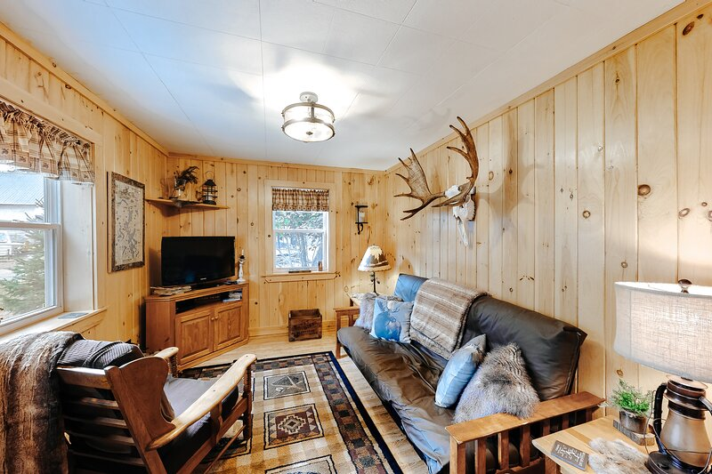 Cozy & secluded getaway w/ a full kitchen & firepit - walk to the lake, vacation rental in West Forks