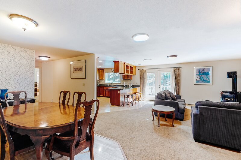 Single-Level, Family-Friendly Home w/ a Full Kitchen, Deck, & Private Hot Tub, location de vacances à Kingsbury