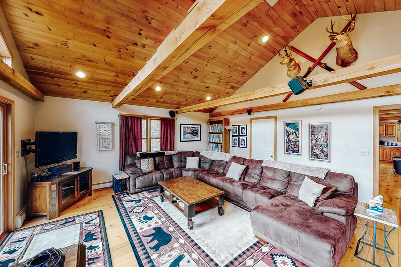 Dog-friendly two-story house w/private hot tub and wood fireplace, location de vacances à Wardsboro