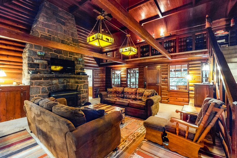 Historic riverfront Cascadian lodge w/large deck & close to skiing - Dogs ok!, holiday rental in Zigzag