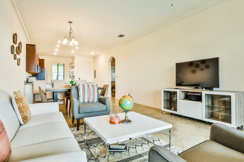 High-end condo w/ golf course views, shared pool/hot tub, & clay tennis courts!, vacation rental in Lakewood Ranch