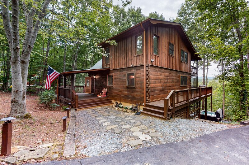 Mountain view home w/ private hot tub, game room & fireplace - 2 dogs OK!, holiday rental in Blue Ridge