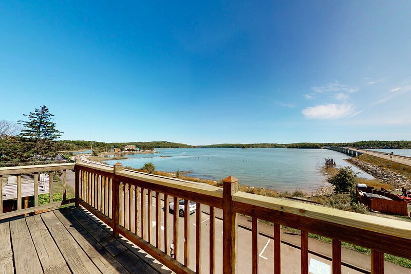 Riverfront condo w/ deck overlooking the water - steps to dining & shopping!, vacation rental in Bowdoinham