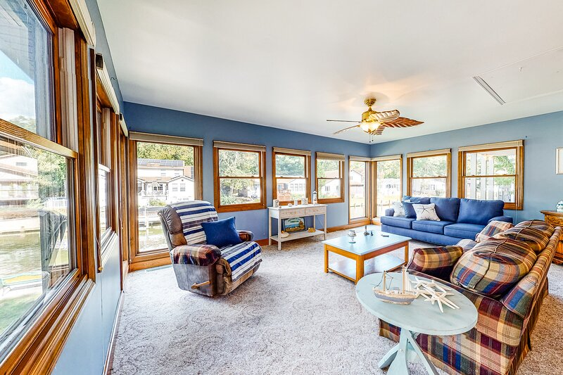 Family-friendly, waterfront home w/ two living spaces, a yard, firepit, & dock, alquiler de vacaciones en Selbyville
