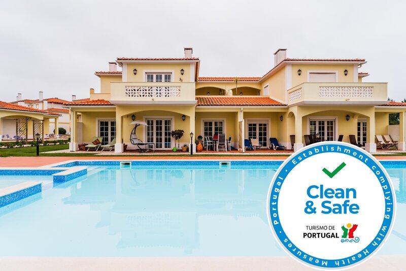 Spacious house with shared pool, location de vacances à Ferrel